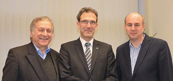 Foto: Prof. Dr.-Ing. Jochen Kreusel war Gastredner des Fakultätskolloquiums des Wintersemesters 2013/14, begrüßt von Dekan Prof. Dr. Jürgen Klüners (r.) und Dr. Michael Laska, Geschäftsführer der Fakultät (l.).