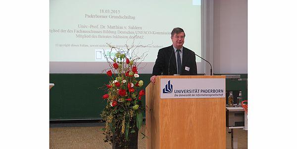 Foto (Universität Paderborn): Eröffnete Perspektiven auf den Inklusionsprozess: Hauptredner Prof. Dr. Matthias von Saldern.