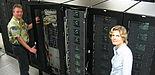 Foto: Der neue Supercomputer von Fujitsu Siemens Computers an der Universität Paderborn gehört mit 2 Billionen Rechenoperationen pro Sekunde weltweit zu den 500 schnellsten Rechnersystemen.