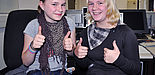 Foto (Universität Paderborn, Simon Beisel): Daumen hoch: Teilnehmerinnen des Schülerworkshops 2009.