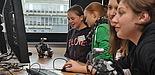Foto (Universität Paderborn): Experimentieren und Programmieren; so wird Robotern Leben eingehaucht.