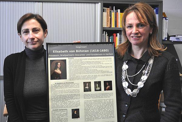 Foto (Universität Paderborn, Mark Heinemann): Ana Rodrigues (l.) und Prof. Dr. Ruth Hagengruber erforschen das Leben und Wirken von Philosophinnen.