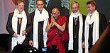 Foto: In der Halle Münsterland sprach der Dalai Lama (Mitte) vor 4.500 Zuhörern. Von links: Prof. Dr. F. Ekkehardt Hahn (Uni Münster, Dekan Fachbereich Chemie und Pharmazie), Prof. Dr. Jan Andersson (Universität Münster), Prorektor Prof. Dr. Wilhelm