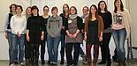 Foto (Maike Amen): Die Teilnehmerinnen des siebten Jahrgangs des Mentoring-Programms für Doktorandinnen mit der stellvertretenden Projektleiterin Jun.-Prof. Dr. Katrin Klingsieck (4. v. rechts) und Projektkoordinatorin Natalie Velibeyoglu (2. v. rechts).