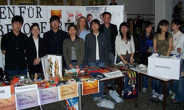 Foto (Mark Heinemann): Infostand im Frühjahr 2008 an der Universität Paderborn mit Spendenaktion zu Gunsten der chinesischen Erdbebenopfer.