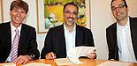 Foto (Universität Paderborn, Patrick Kleibold): (v. l.) Prof. Dr. Nikolaus Risch, Prof. Dr. Fethi Rabhi (University of New South Wales) und Prof. Dr. Dennis Kundisch bei der Unterzeichnung des Kooperationsvertrages.