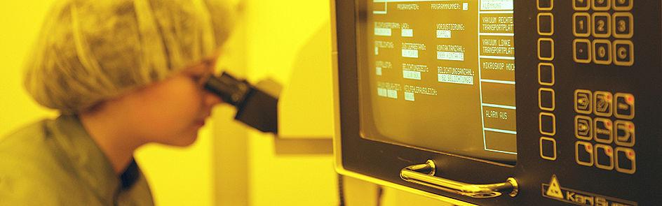 Bei der Arbeit mit empfindlichen Materialien im Reinraum der Elektrotechnik und Physik herrschen spezielle Lichtverhältnisse.