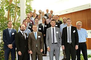 Foto (Universität Paderborn, Heinz Nixdorf Institut): Das Projektkonsortium nach erfolgreichem Abschluss des Meilensteins mit Projektleiter Prof. Dr.-Ing. Jürgen Gausemeier (rechts).