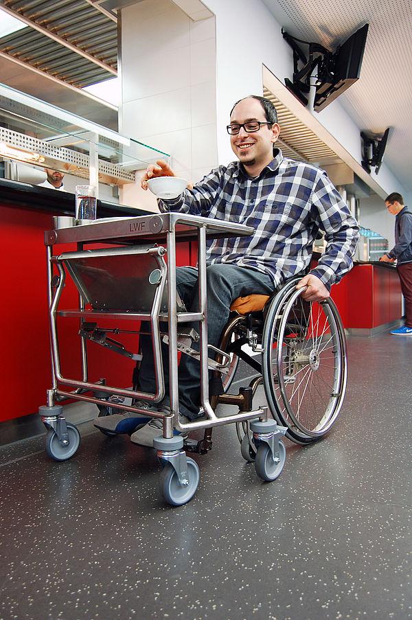 Foto: Der Tablettwagen erleichtert Menschen mit Beeinträchtigung den Besuch der Mensen des Studierendenwerks Paderborn.