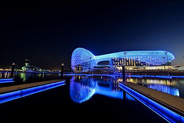 Foto (Traxon Technologies | e:cue lighting control): Das kürzlich fertiggestellte YAS Hotel in Abu Dhabi ist durch das Formel-1-Rennen auf der neuen Rennstrecke rund um das Hotel feierlich eingeweiht worden. Es ist das weltweit größte LED-Projekt, in d