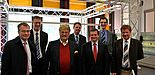 Foto (Universität Paderborn, Heike Probst): Beim Crashtest im Forschungslabor: (v. l.) vorn: Prof. Dr.-Ing. Werner Homberg, Lehrstuhl für Umformende und Spanende Fertigungstechnik (LUF), MdEU Elmar Brok, Prof. Dr. rer. nat. Thomas Tröster, Lehrstuhl f