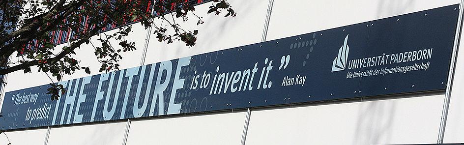"""Gebäude O mit dem Zitat """"The best way to predict the future is to invent it"""" von Alan Kay."""