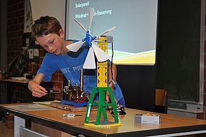 Foto (Mark Heinemann): Kleiner Forscher: Christian Meilwes demonstrierte in seinem Expertenvortrag mit dem Thema Energie unter anderem ein Windrad und eine Dampfmaschine.