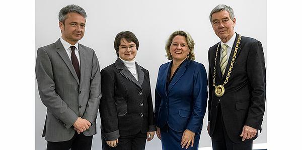 Foto: Jun.-Prof.'in Dr. Michaela Geierhos, Prof. Dr. Frick, Vizepräsident der Universität Paderborn, Prof. Dr. Dr. Hanns Hatt, Ministerin Svenja Schulze.