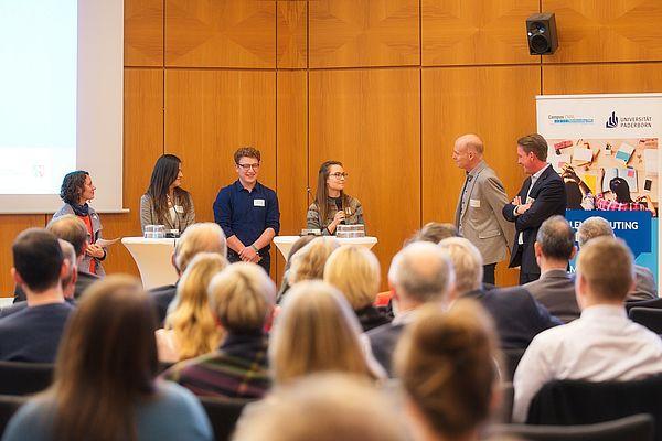 Foto (Arthur Isaak, Copyright: Hochschule OWL): Bei der Podiumsdiskussion berichteten Schülerinnen und Schüler von ihren Erfahrungen im Talentscouting OWL.
