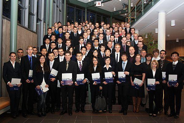 Foto (Linda van Rennings): Absolventinnen und Absolventen der Fakultät für Maschinenbau.