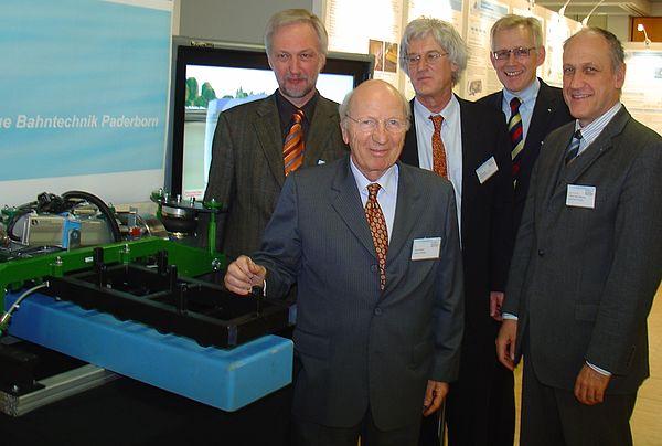 Foto (Universität Paderborn, Martin Decking): Sind äußerst zufrieden mit dem Verlauf des Symposiums: Die Veranstalter Prof. Dr. Wilhelm Schäfer (li.), Prof. Dr. Franz-Josef Rammig (re.) und Prof. Dr. Jürgen Gausemeier (2. v. re.) sowie Dr. Horst Nask