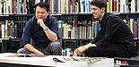 Foto (Universität Paderborn, Adelheid Rutenburges): Bei der Recherche in der Unibibliothek: Markus Kavka (links)