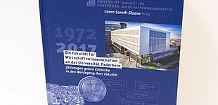"""Foto (Universität Paderborn): Neuerscheinung: """"Die Fakultät für Wirtschaftswissenschaften an der Universität Paderborn – Zeitzeugen geben Einblick in den Werdegang ihrer Fakultät""""."""
