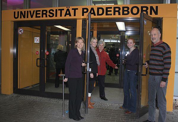 Foto (Universität Paderborn, Frauke Döll): Die Zentrale Studienberatung der Uni Paderborn lädt zum Schnuppern ein (v. l.): Heike Knospe, Ricarda Hyeng, Barbara Sawall, Andrea Düring und Christoph Bäcker.