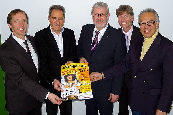 Foto (Universität Paderborn, Patrick Kleibold): Rüdiger Matisz (Geschäftsführer der Agentur für Arbeit Paderborn) (v. l.), Dr. Otto Drosihn (Präsident Rotary-Club Paderborn), Peter Gödde (Vizepräsident Rotary Club Paderborn Stadt + Land), Prof. Dr