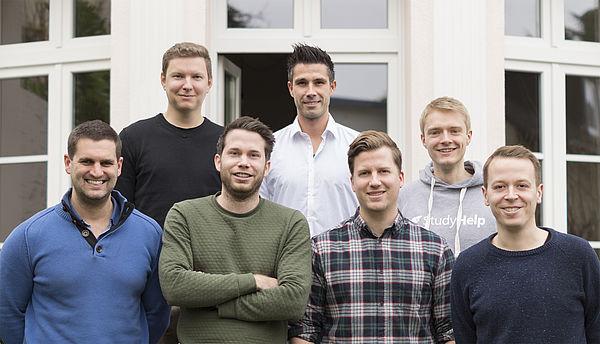 Freuen sich über das Investment des Technologiefonds OWL (v. l. n. r.): Die StudyHelp-Gesellschafter Daniel Jung, Julian Droste, Daniel Weiner, Patrick Kapellen, Carlo Oberkönig, Patrick Burmann und Maximilian Fleitmann.