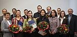 Foto (Universität Paderborn, Patrick Kleibold): Fünf Projekte werden mit insgesamt 150.000 Euro gefördert. 1. Reihe von links: Dr. Gudrun Oevel, Jun.-Prof. Dr. Katrin Temmen,Teresa M. Behr, Dr. Sigrid Behrent, Prof. Dr. Dorothee M. Meister und Andrea Z