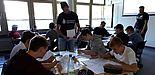 Foto (Katrin Temmen): Gruppenarbeitsphase in der von den Studierenden vorbereiteten Unterrichtsstunde in der 11. Klasse des Ingenieurwissenschaftlichen Gymnasiums des Richard-von-Weizsäcker Berufskollegs