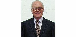 Foto (Kristina von Twistern): Prof. Dr. jur. Walter Seidensticker wurde im Jahr 2002 auf Vorschlag der Fakultät für Wirtschaftswissenschaften die Bezeichnung Honorarprofessor an der Universität Paderborn verliehen.