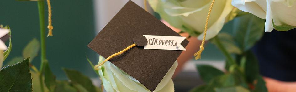 Doktorhut mal anders: Diese kreative Aufmerksamkeit gab's für einige Absolventinnen der Faktultät EIM auf der letzten Abschlussfeier. (Foto: Universität Paderborn, Alexandra Dickhoff)