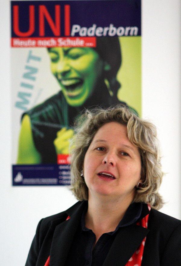 """Foto (Universität Paderborn, Patrick Kleibold): Die NRW-Wissenschaftsministerin Svenja Schulze hat heute das Direct Manufacturing Research Center (DMRC) als """"Ort des Fortschritts"""" ausgezeichnet."""