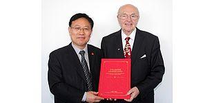 Foto (Universität Paderborn, Nina Reckendorf): Prof. Dr.-Ing. Dr. h.c. mult. Manfred H. Pahl, Emeritus an der Fakultät für Maschinenbau, wurde die Ehrenbürgerschaft der Provinz Shandong verliehen.