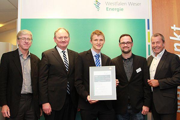 Foto: Freude beim und über den akademischen Nachwuchs: Westfalen Weser Energie vergibt Energy Award 2015 für Forschungen im Bereich Energieeffizienz/Erneuerbare Energie (v. l.): Prof. Dr.-Ing. Joachim Böcker, Dr. Stephan Nahrath, Geschäftsführer West