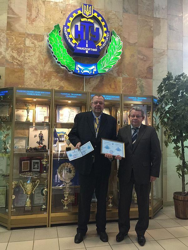 Foto (Klaus Rosenthal): Prof. Mykola Dmytrychenko (r.), Rektor der NTU Kiew, überreicht Prof. Klaus Rosenthal die Urkunde der Ehrendoktorwürde.