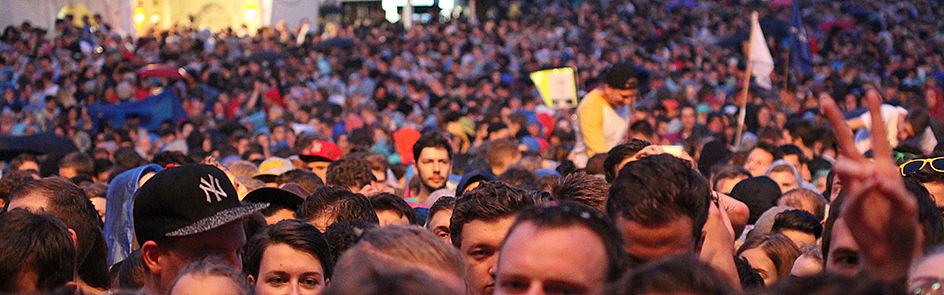 Warten auf den Headliner des Abends – schon lange vor dem Auftritt sind tausende Festivalbesucher auf der Wiese vor dem Auditorium maximum.