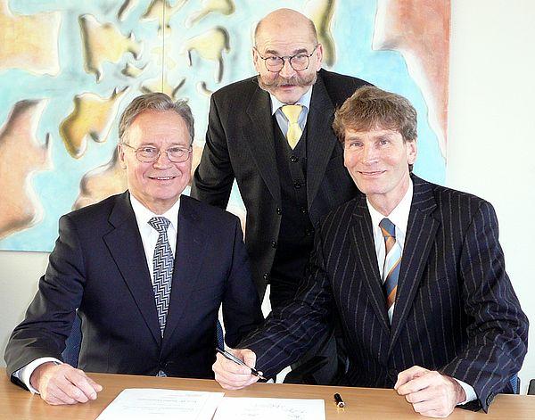 Foto (Martin Decking): Bei der Vertragsunterzeichnung (v. l.): Ortwin Goldbeck, Jürgen Plato und Prof. Dr. Nikolaus Risch.