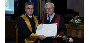 Foto (Universität Paderborn): Übergabe der Ehrendoktorwürde (links Rektor der Universität Bihać Prof. Dr. Fadil Islamović, rechts Ahmet Mehic).