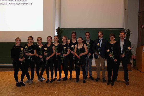 Foto (Universität Paderborn, Heiko Appelbaum): Die Akteurinnen und Akteure des Festbeitrags der Absolventinnen und Absolventen
