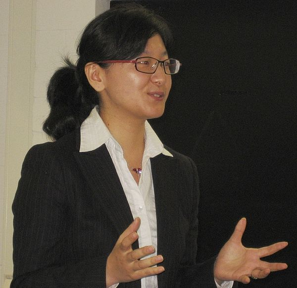 Foto (CDTF): Dr.-Ing. Hua Chang referiert vor Studierenden der CDTF.