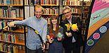 Foto (Heiko Appelbaum): Dennis Fergland, Cornelia Raetze und Dr. Dietmar Haubfleisch (v. l.) werben für bewegte Pausen in der Universitätsbibliothek Paderborn.
