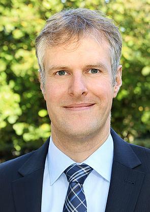 Foto (Universität Paderborn): Richtet den SAP-Kurs aus: Prof. Dr. Daniel Beverungen vom Lehrstuhl für Wirtschaftsinformatik.