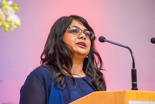 Foto (Universität Paderborn): Die studentische Festrede am Tag der Wirtschaftswissenschaften 2015 hielt Absolventin Sumaya Islam.