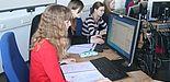 Foto (Universität Paderborn): Beim Schülerworkshop der Universität Paderborn sammelten die Schülerinnen und Schüler am Computer erste praktische Erfahrungen mit der Computertomographie.
