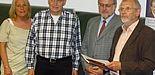 Foto, v. re.: Prof. Dr. Peter Schneider, Dekan Prof. Dr. Volker Peckhaus, Manfred Wellbrock und Birgitt Lammert
