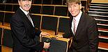 Foto (Universität Paderborn, Patrick Kleibold): Hans Laven, Vorstandsvorsitzender der Sparkasse Paderborn-Detmold, und Präsident Prof. Dr. Nikolaus Risch.