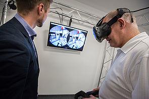 Bild (David Gense): Miele hat ein digitales Abbild seines Professional Sterilisators erstellt. Mit VR bewegt der Nutzer sich durch die komplette Anlage, vollzieht Prozesse und Zusammenhänge hautnah nach.