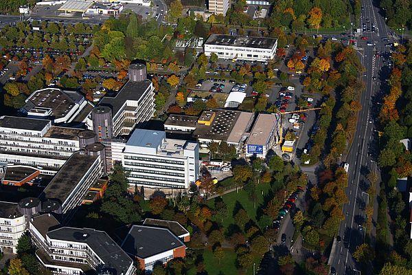 Luftbild (Universität Paderborn, Tibor Werner Szolnoki): Jetzt fertig: Die Aufstockung und der Anbau der Halle Naturwissenschaften auf dem Campus der Universität Paderborn (der Kran wurde mittlerweile abgebaut).