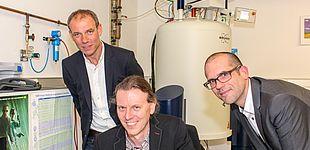 Foto (Universität Paderborn, Johannes Pauly): Forschung am neuen Großgerät (Hintergrund): v. l. Prof. Dr. Johannes Blömer, Dr. Ingo Schnell und Prof. Dr. Jan Paradies.