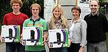 Foto (Uni Paderborn, Patrick Kleibold): (v. r.) Tobias Oetterer und Dr. Gudrun Oevel (beide vom IMT) überreichten den Studierenden Carina Doettger, Tim Gemmeke und Timo Schlüßler die XBoxen.