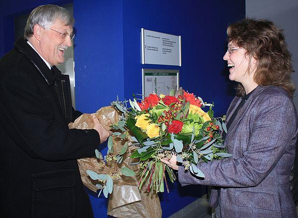Auch Paderborns Bürgermeister Heinz Paus überraschte Christine Silberhorn mit einem Blumenstrauß.